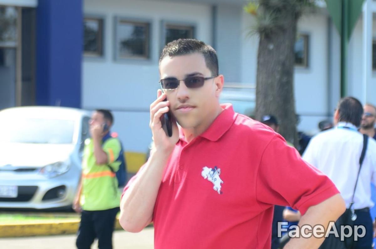 Albino Vargas rejuvenece con FaceApp para salir a luchar con los estudiantes desecundaria